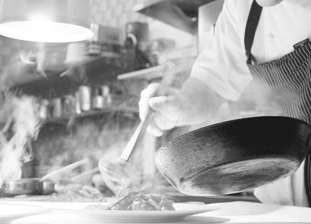 Schwarz-Weiss Aufnahme in der Küche